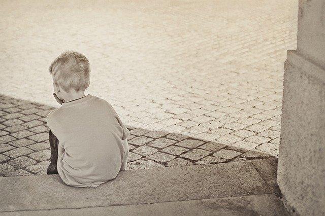 osamělý chlapec na schodu