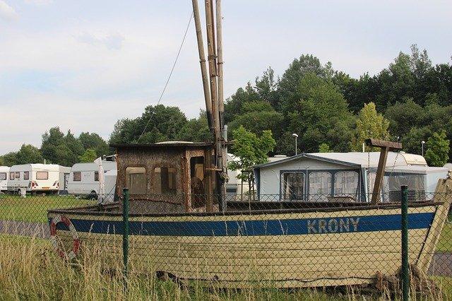 loď v kempu
