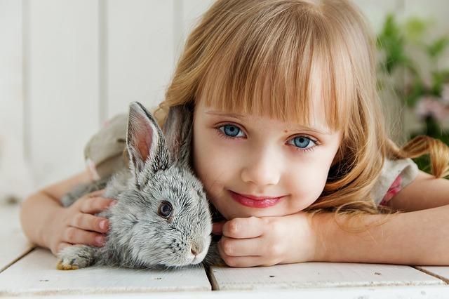 děťátko s králíčkem